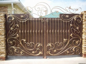 сварные распашные ворота с коваными элементами