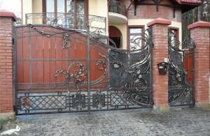 оригинальные кованые ворота с кованой калиткой