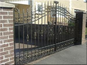 ворота распашные с ковкой для дома