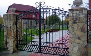 ворота с коваными элементами для дома