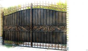 ворота распашные с ковкой золотого цвета