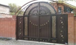 ворота оригинальной формы с ковкой