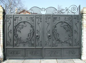 ворота распашные кованые с вензелями