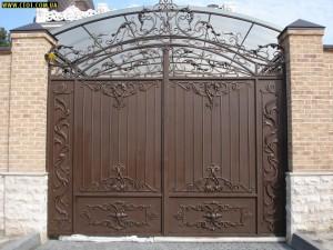 ворота распашные въездные коричневые