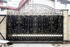 эксклюзивные кованые ворота с вензелями