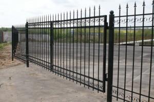 сварные ворота с коваными элементами черные
