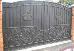 ворота металлические глухие с ковкой