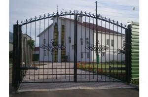 сварные ворота с коваными элементами