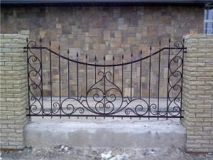 дешевый сарной забор с коваными элементами