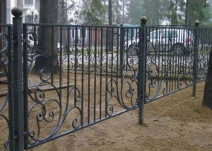 сварной забор с ковкой для ограждения участка