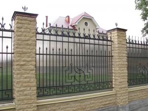 полупрозрачный сварной забор с коваными элементами