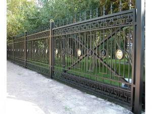 сварной забор с ковкой и откатные ворота