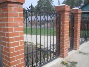 высокий сварной забор для дома с установкой