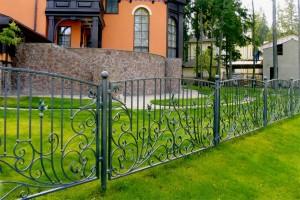 невысокий сварной забор с ковкой для дома