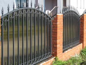 полукруглый сварной забор с ковкой м поликарбонатом