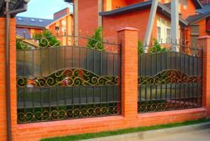 сварной забор с ковкой и поликарбонатом