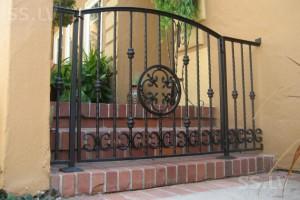 небольшой кованый забор оригинальной формы