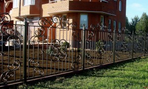 высокий кованый забор по эскизу