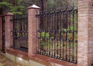 высокий забор с элементами ковки