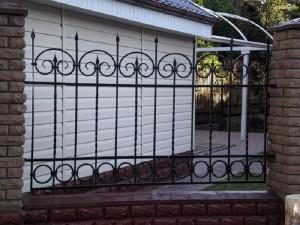 недорогой сварной забор с элементами ковки