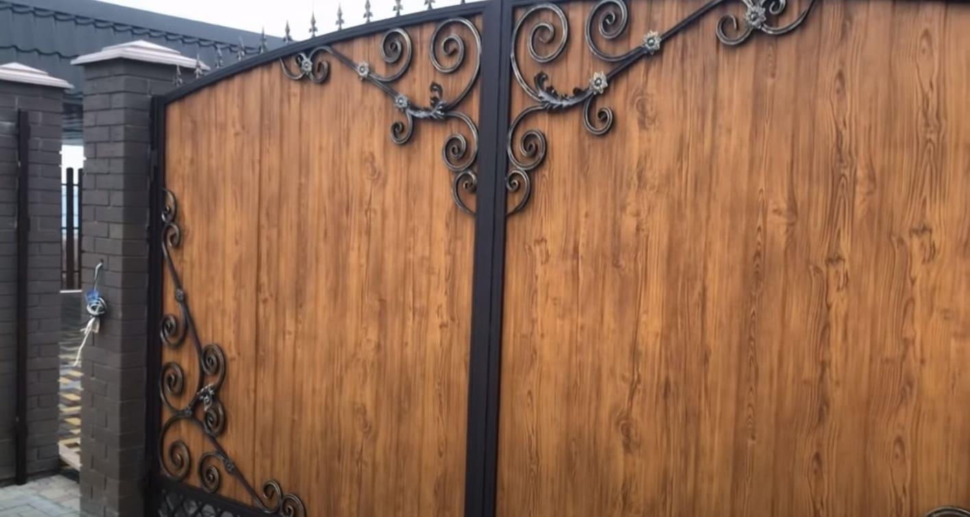 Распашные ворота и калитка с элементами ковки