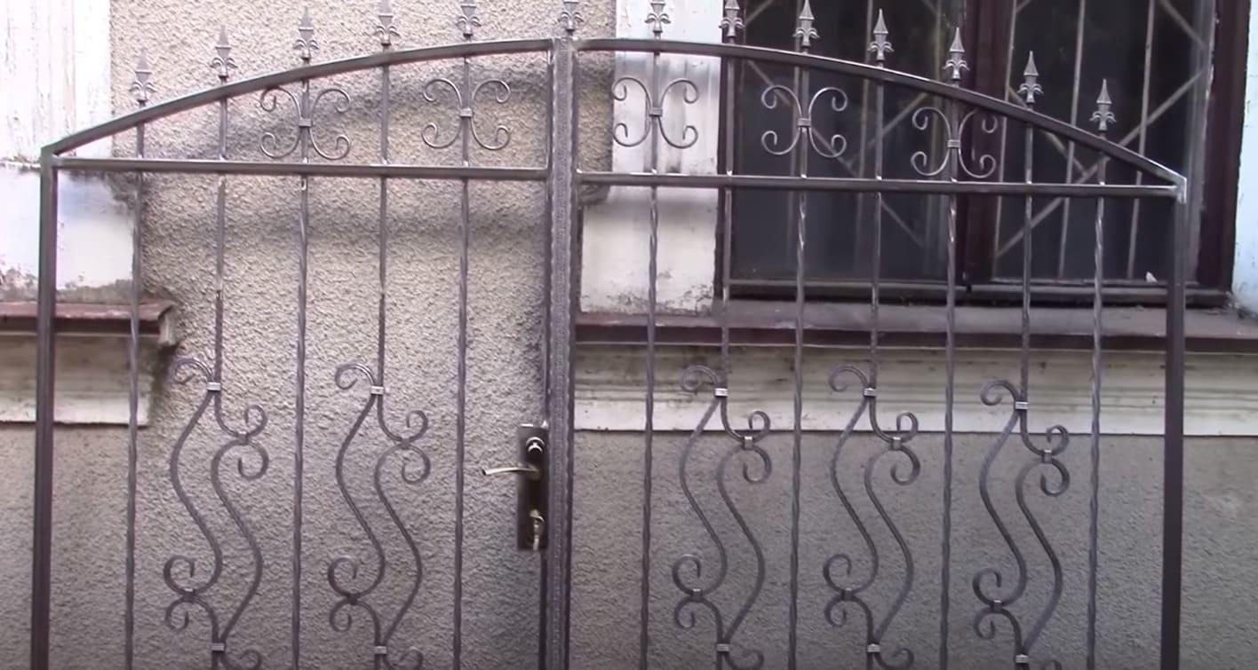 Кованые ворота со встроенной калиткой 2.4 м