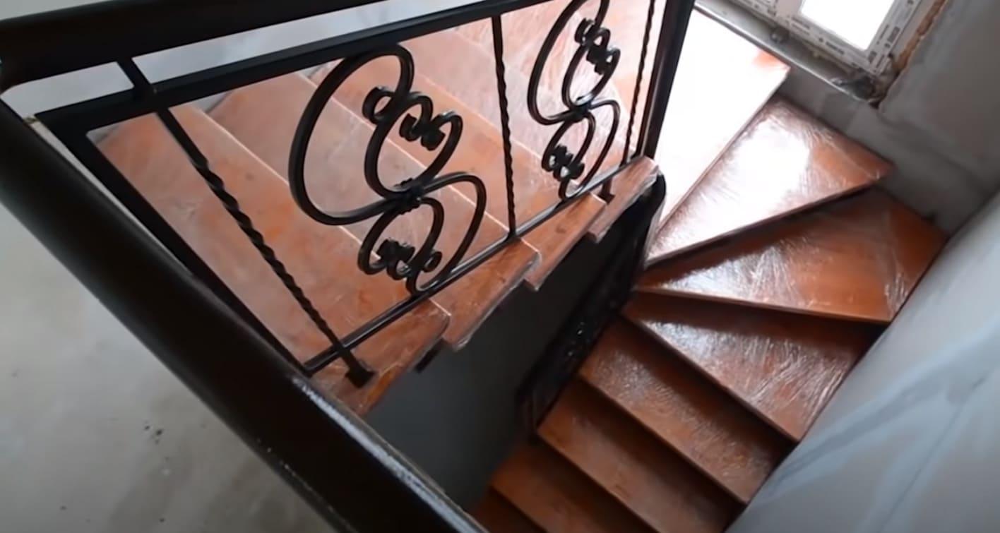 Недорогая металлическая лестница с деревянными ступенями