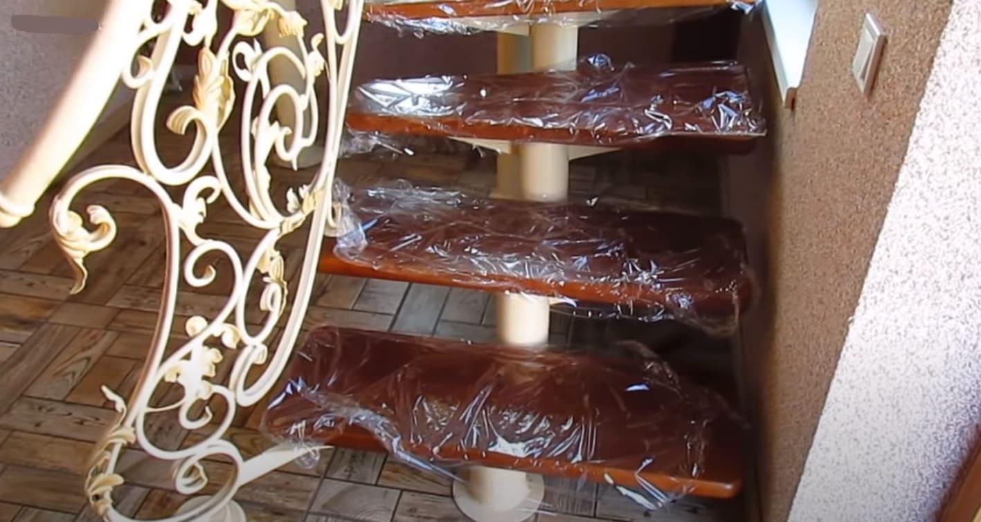 Лестница на металлокаркасе с коваными перилами
