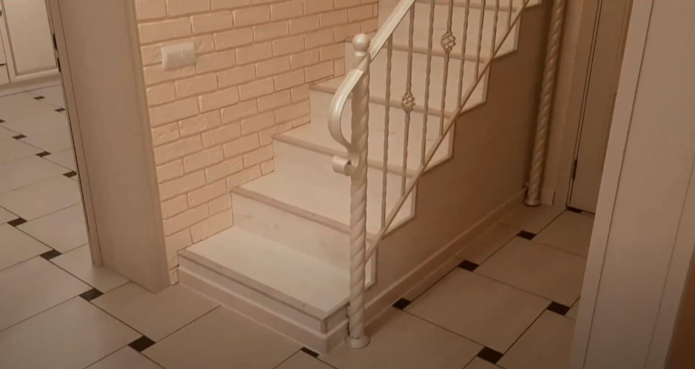 Недорогие кованые перила для лестницы в белом цвете