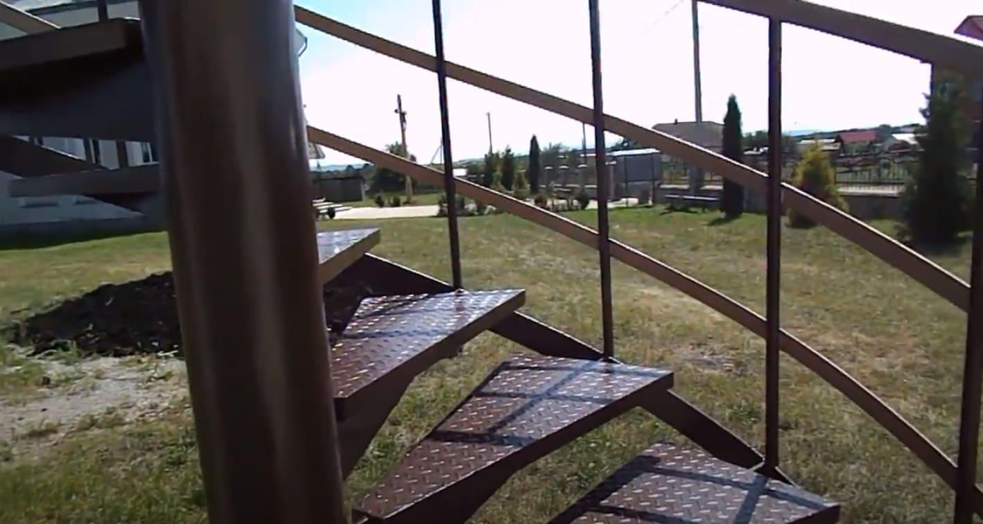 Наружная металлическая винтовая лестница